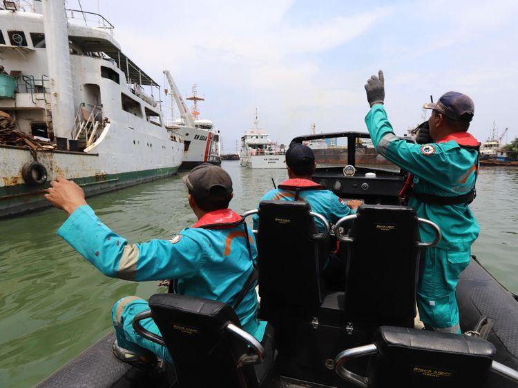 Des membres d'une équipe de secours se préparent à rechercher les survivants du vol JT 610 de Lion Air, qui s'est écrasé dans la mer, au port de Jakarta le 29 octobre 2018. - L'avion indonésien Lion Air transportant 188 passagers et son équipage s'est écrasé dans la mer en octobre 29, ont indiqué des responsables peu de temps après avoir demandé à pouvoir rentrer à Jakarta. (Photo de Resmi MALAU / AFP) (Le crédit photo doit se lire comme suit: RESMI MALAU / AFP / Getty Images)
