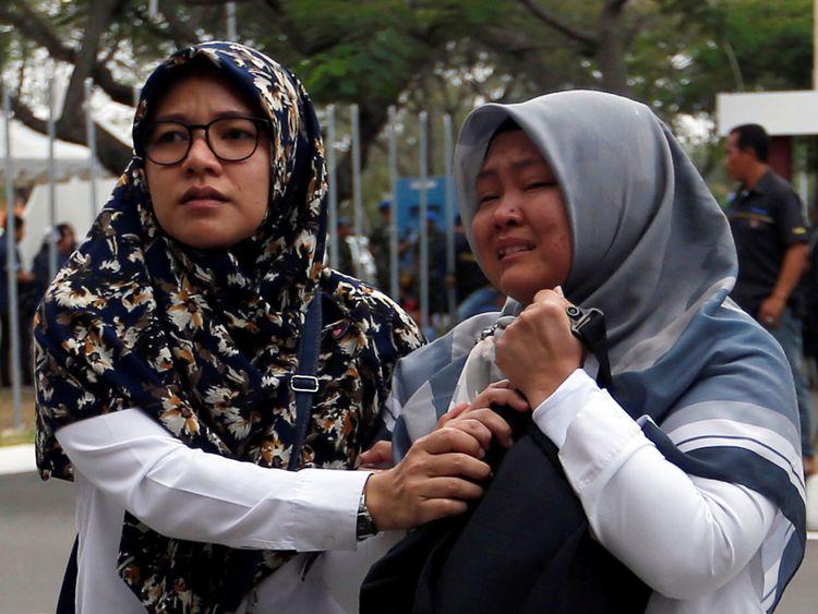 Les proches des passagers du vol JT610 de Lion Air qui s'est écrasé dans la mer arrivent à l'aéroport international Soekarno Hatta, près de Jakarta, Indonésie, le 29 octobre 2018. REUTERS / Willy Kurniawan