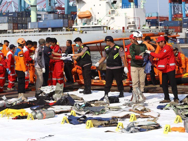 Les membres d'une équipe de secours apportent des objets personnels et des épaves à terre au port de Tanjung Priok, au nord de Jakarta, le 29 octobre 2018, après avoir été récupérés de la mer où le vol JT 610 de Lion Air s'était écrasé plus tôt dans la journée. - Un tout nouvel avion indonésien Lion Air transportant 189 passagers et membres d'équipage s'est écrasé dans la mer le 29 octobre, ont indiqué des responsables peu de temps après avoir demandé à pouvoir rentrer à Jakarta. (Photo par RESMI MALAU / AFP) (Le crédit photo doit se lire comme suit: RESMI MAL