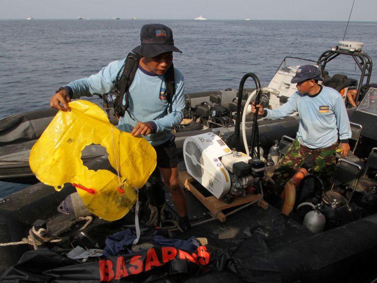 Un membre de la marine indonésienne est titulaire d'un gilet de sauvetage d'avion retrouvé après l'accident de vol du vol JT610 de Lion Air, au large de la côte de Karawang