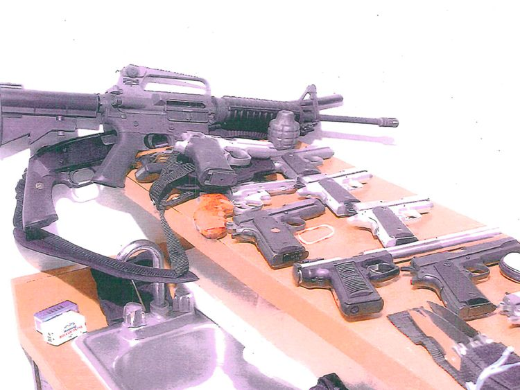 Certaines des armes saisies dans l'appartement de Bulger lorsqu'il a été capturé en 2011