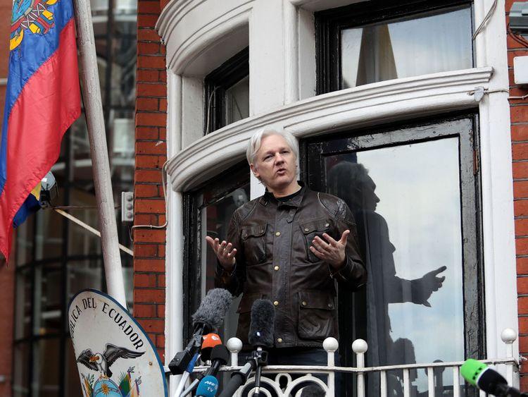 Londres, Angleterre - 19 mai: Julian Assange parle aux médias depuis le balcon de l'ambassade de l'Équateur le 19 mai 2017 à Londres, en Angleterre. Julian Assange, fondateur du site Web Wikileaks, qui a publié des secrets du gouvernement américain, est recherché en Suède depuis 2012 pour viol. Il a demandé l'asile à l'ambassade de l'Équateur à Londres et la police a annoncé qu'il serait toujours en état d'arrestation s'il partait. (Photo de Jack Taylor / Getty Images)