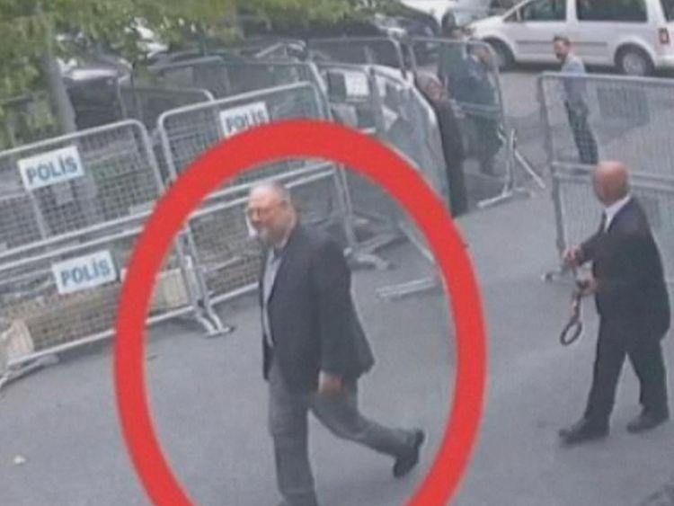 Le journaliste a semblé détendu lorsqu'il est entré au consulat le 2 octobre.