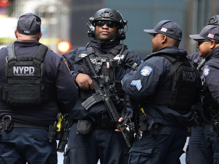 Les officiers de la lutte antiterroriste du département de police de New York continuent d'enquêter après l'envoi d'un colis au Time Warner Center