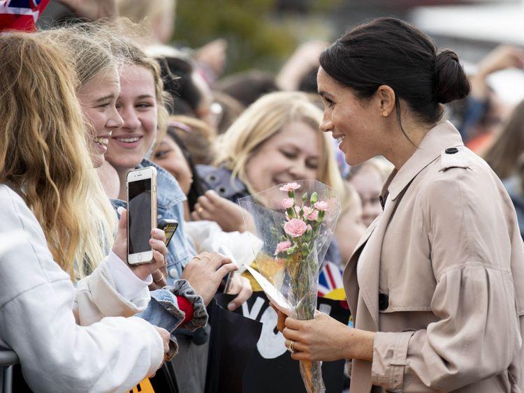 Meghan rencontre les fans lors d'une promenade publique le long du port de viaduc d'Auckland