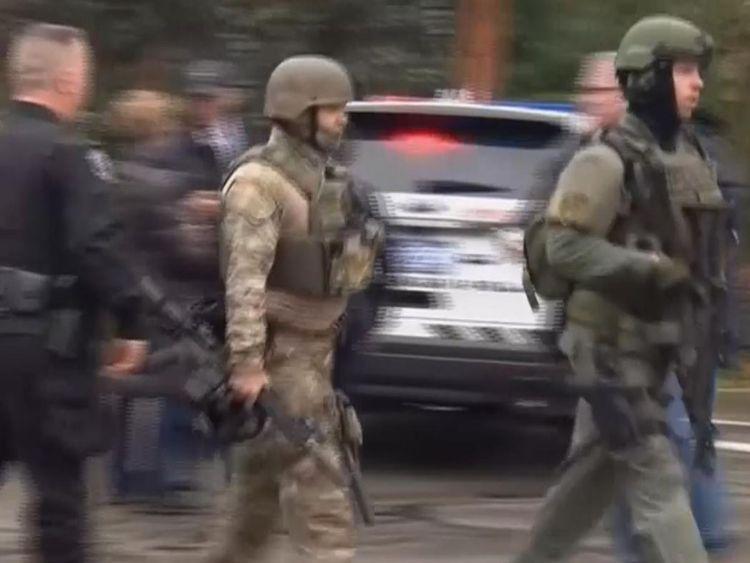 Des officiers armés sur les lieux d'une fusillade à Pittsburgh