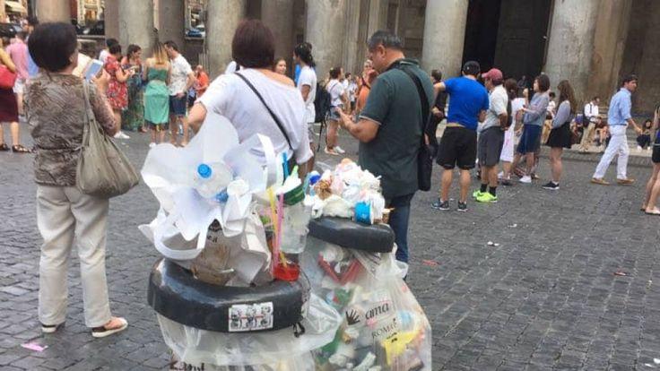 Des ordures au Panthéon de Rome. Pic: Roma Fa Schifo
