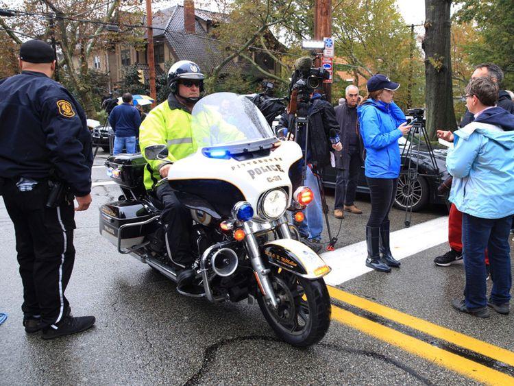 Des officiers de police répondent après qu'un homme armé ait ouvert le feu sur la synagogue Tree of Life de Pittsburgh en Pennsylvanie ...