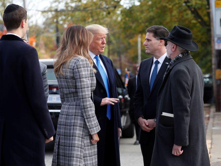 Le président américain Donald Trump s'entretient avec l'ambassadeur israélien auprès des États-Unis, Ron Dermer et le synagogue Tree of Life, le rabbin Jeffrey Myers, alors qu'il arrive avec sa fille Ivanka Trump, le gendre Jared Kushner et la première dame Melania Trump devant la synagogue un homme armé a tué onze personnes