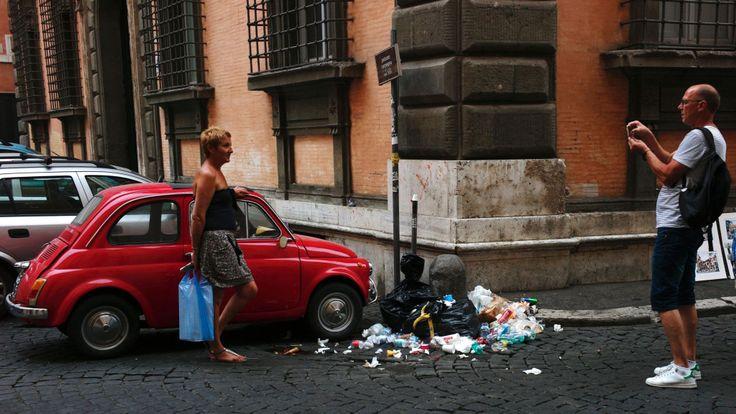 Les ordures non collectées de Rome s'accumulent
