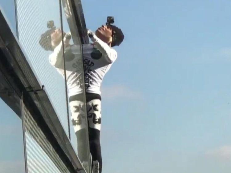 """Human Spider """"Alain Robert a gravi la tour du héron de 230 m"""