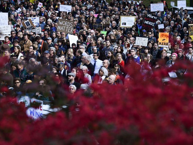 Des gens qui protestent contre le président américain Donald Trump se rassemblent près de la congrégation de Tree of Life le 30 octobre 2018 à Pittsburgh en Pennsylvanie