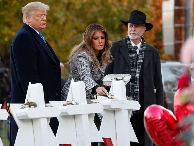 Le président des États-Unis, Donald Trump, et la première dame, Melania Trump, aux côtés du rabbin Jeffrey Myers alors qu'ils déposent des pierres sur un monument commémoratif improvisé à l'extérieur de la synagogue Tree of Life, à la suite de la fusillade à la synagogue où 11 personnes ont été tuées et six autres blessées à Pittsburgh. Pennsylvanie, États-Unis, le 30 octobre 2018
