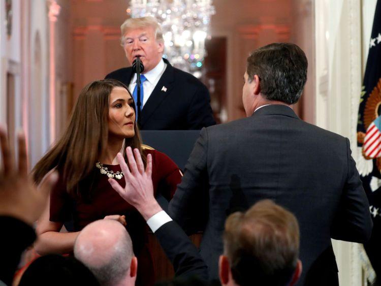 Jim Acosta de CNN refuse de céder le micro à un membre du personnel de la Maison Blanche