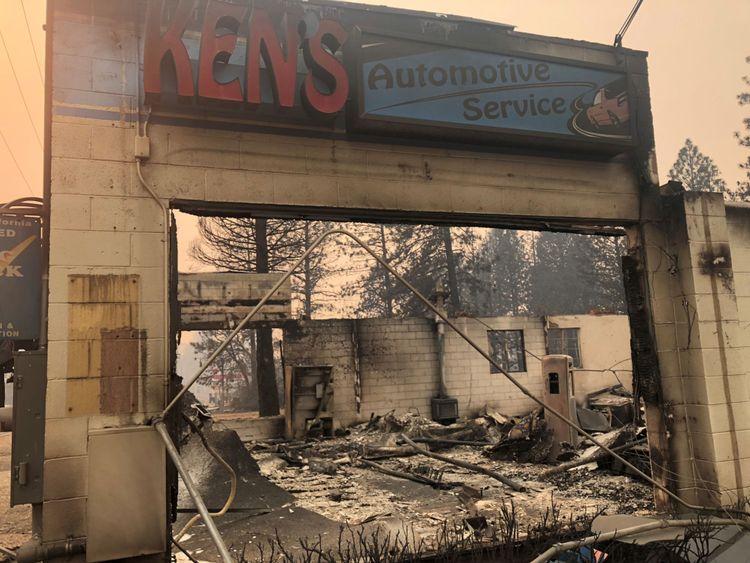 L'atelier de réparation du service automobile de Ken est en ruine après les incendies qui ont ravagé la région de Paradise, Californie, États-Unis, le 12 novembre 2018. Photo prise le 12 novembre 2018. REUTERS / Sharon Bernstei