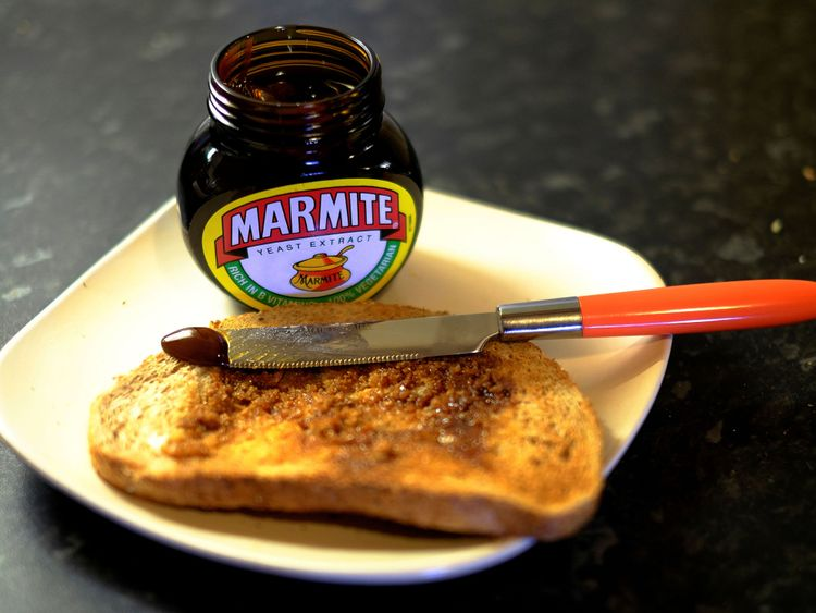 Toast with Marmite, une marque d'Unilever, est assise sur un comptoir de cuisine à Manchester, en Grande-Bretagne, le 13 octobre 2016.