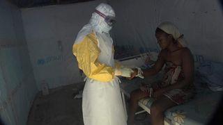 Une victime d'Ebola est soignée dans une clinique d'épidémie au Libéria