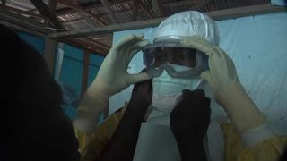 """Les travailleurs de l'UNICEF se préparent à entrer dans la zone d'infection """"srcset ="""" https://e3.365dm.com/16/07/320x180/cegrab-20140701-203929-380-1_3580666.jpg?20160705025218 320w, https: //e3.365dm .com / 16/07 / 640x380 / cegrab-20140701-203929-380-1_3580666.jpg? 20160705025218 640w, https://e3.365dm.com/16/07/736x414/cegrab-20170701-203929-380-1_3580666. jpg? 20160705025218 736w, https://e3.365dm.com/16/07/992x558/cegrab-20140701-203929-380-1_3580666.jpg?20160705025218 992w, https://e3.365dm.com/16/07/ 1096x616 / cegrab-20140701-203929-380-1_3580666.jpg? 20160705025218 1096w, https://e3.365dm.com/16/07/1600x900/cegrab-20140701-203929-380-1_3580666.jpg=20357070502518718, https: //e3.365dm.com/16/07/1920x1080/cegrab-20140701-203929-380-1_3580666.jpg?20160705025218 1920w, https://e3.365dm.com/16/07/2048x1152/cegrab-20140701-203929 -380-1_3580666.jpg? 20160705025218 2048w """"tailles ="""" (largeur minimale: 900px) 992px, 100vw"""