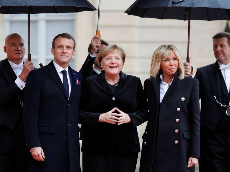 Le président français Emmanuel Macron et son épouse Brigitte Macron accueillent la chancelière allemande Angela Merkel