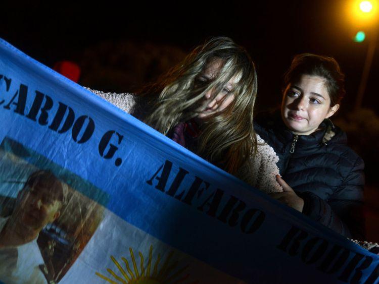 Les proches des 44 membres de l'équipage du sous-marin ARA San Juan, disparu au large, réagissent devant la base navale argentine d'où le sous-marin est parti, à Mar del Plata, en Argentine, le 17 novembre 2018. REUTERS / Marina Devo