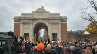 "Des foules se rassemblent à la porte de Menin en Belgique ""srcset ="" https://e3.365dm.com/18/11/320x180/skynews-armistice-day-menin-gate_4483709.jpg?20181111101733 320w, https: //e3.365dm .com / 18/11 / 640x380 / skynews-armistice-day-menin-gate_4483709.jpg? 20181111101733 640w, https://e3.365dm.com/18/11/736x414/skynews-armistice-day-menin-gate_448370. jpg? 20181111101733 736w, https://e3.365dm.com/18/11/992x558/skynews-armistice-day-menin-gate_4483709.jpg?20181111101733 992w, https://e3.365dm.com/18/11/ 1096x616 / skynews-armistice-day-menin-gate_4483709.jpg? 20181111101733 1096w, https://e3.365dm.com/18/11/1600x900/skynews-armistice-day-menin-gate_4483709.jpg?2071111113 //e3.365dm.com/18/11/1920x1080/skynews-armistice-day-menin-gate_4483709.jpg?20181111101733 1920w, https://e3.365dm.com/18/11/2048x1152/skynews-armistice-day -menin-gate_4483709.jpg? 20181111101733 2048w ""tailles ="" (largeur minimale: 900px) 992px, 100vw"