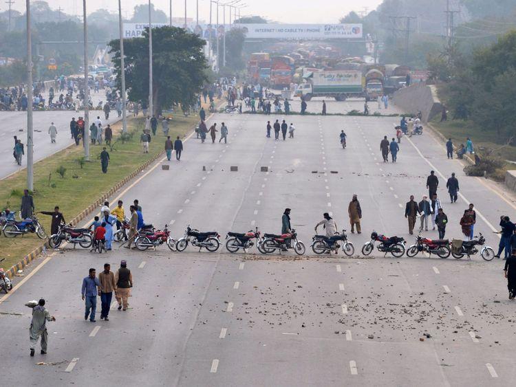 Les partisans du Tehreek-e-Labaik Pakistan (TLP) bloquent une rue lors d'une manifestation suite à la décision de la Cour suprême