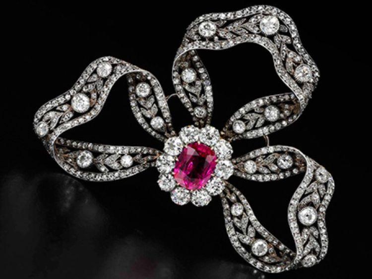 Cette broche en rubis et diamants datant de 1900 environ était un cadeau de l'archiduc Freidrich d'Autriche.