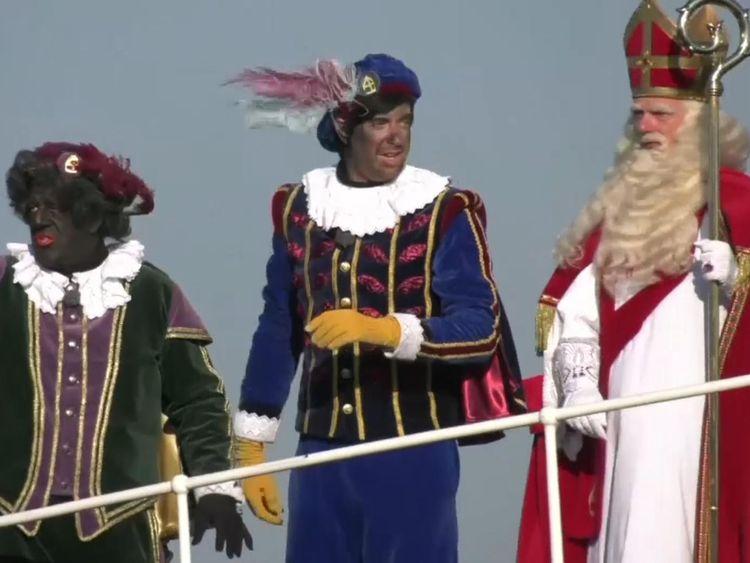 Deux Black Petes habillés avec Sinterklaas