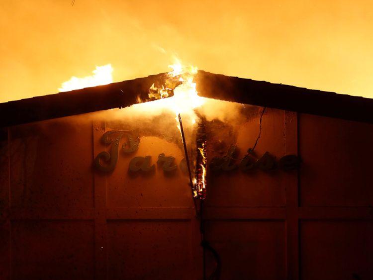 Des milliers de maisons ont été évacuées alors que le feu ravageait les communautés