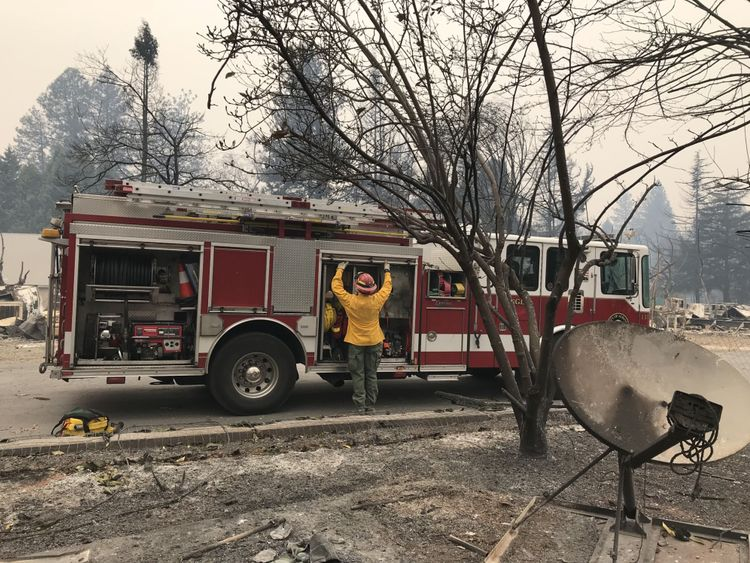 Un pompier travaille dans l'une des zones dévastées au paradis
