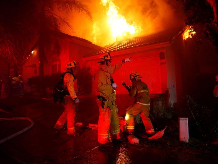 Les pompiers regardent sans espoir alors que l'incendie prend racine
