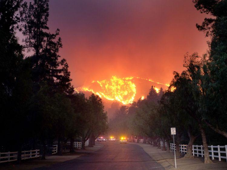 Le feu de Woolsey brûle en direction du Paramount Ranch à Agoura Hills, Californie