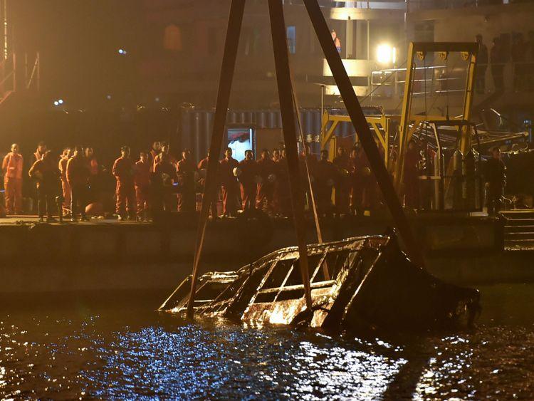 Une grue sauve l'épave d'un bus après son effondrement d'un pont dans le fleuve Yangtsé, au sud-ouest de la Chine, à Chongqing, le 1er novembre 2018.