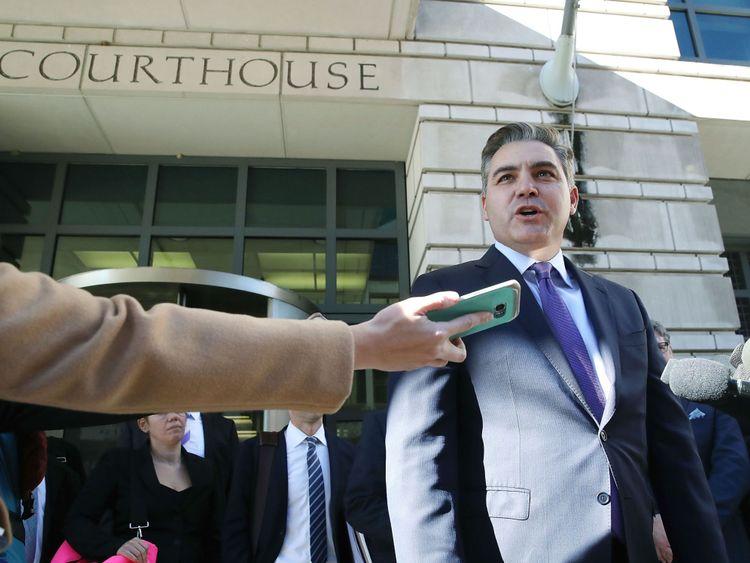 Jim Acosta devant le palais de justice à Washington