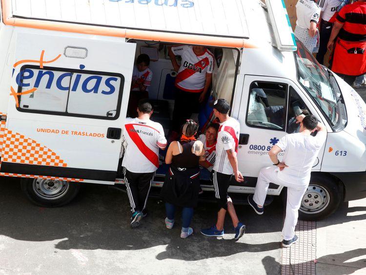 Les supporters de River Plate sont blessés après des scènes violentes à l'extérieur de l'Estadio Monumental