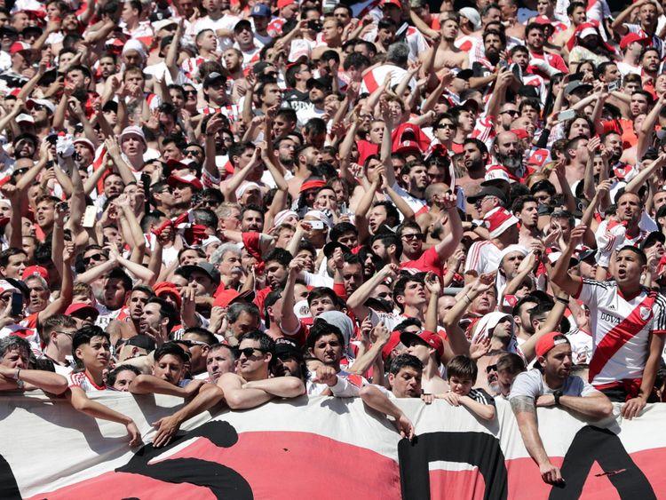 Des milliers de supporters de River Plate attendent des nouvelles du stade