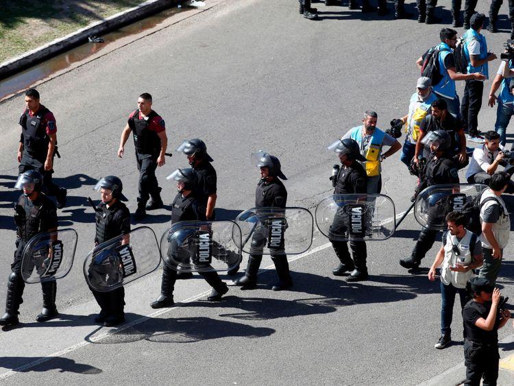 Police anti-émeute devant le stade monumental de Buenos Aires