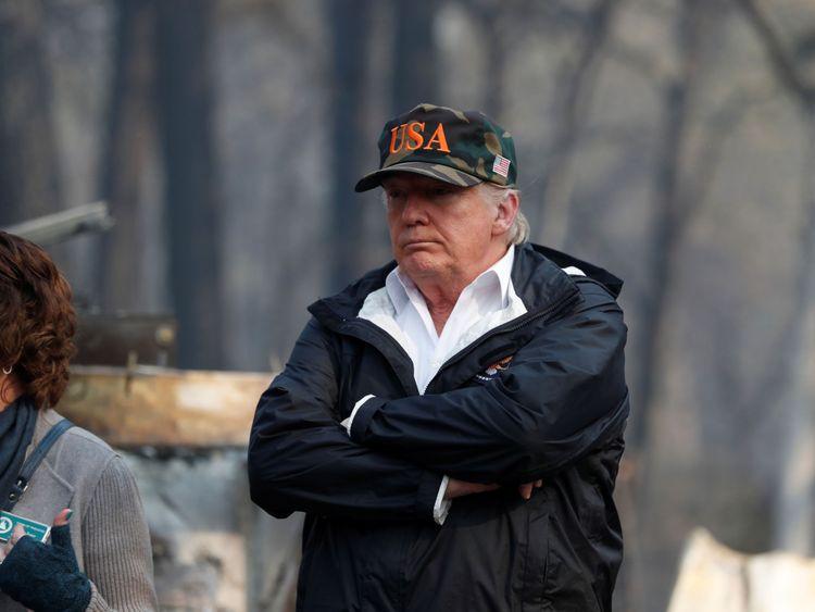 Le président des États-Unis, Donald Trump, rend visite à l'épave carbonisée de la maison mobile et du parc de véhicules de loisirs Skyway Villa à Paradise, Californie, États-Unis, le 17 novembre 2018. REUTERS / Leah Millis