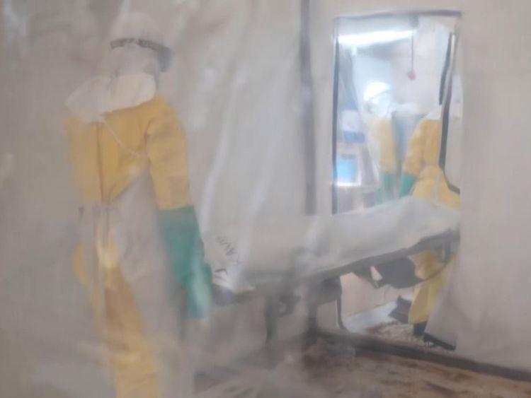 Une femme de 46 ans décédée du virus est emmenée