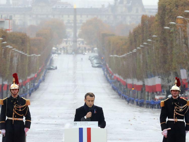 Le président français Emmanuel Macron prononce un discours à l'Arc de Triomphe à Paris