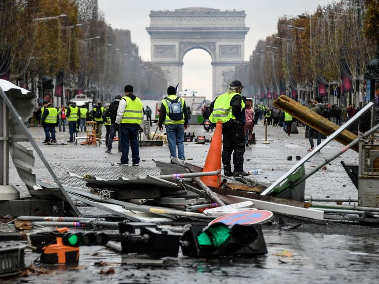 """Les manifestants sont furieux face à la flambée du prix du diesel, certains appelant Emmanuel Macron """"voleur""""."""