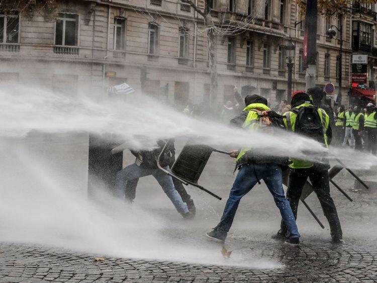 Il y avait des scènes tendues à Paris alors que les manifestants essayaient d'atteindre le palais des Elysées