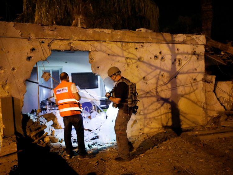 La sécurité vérifie une maison endommagée dans la ville israélienne d'Ashkelon après une attaque à la roquette sur Gaza