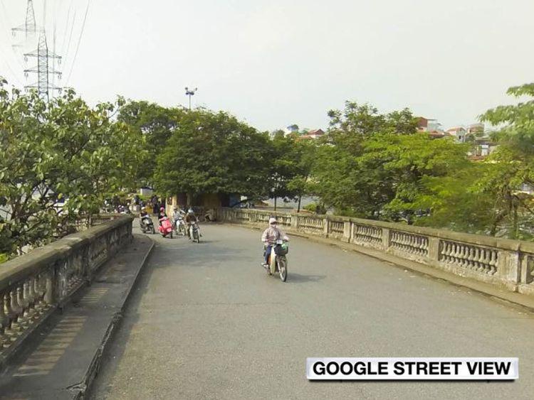 L'entrée du pont Long Mien à Hanoi