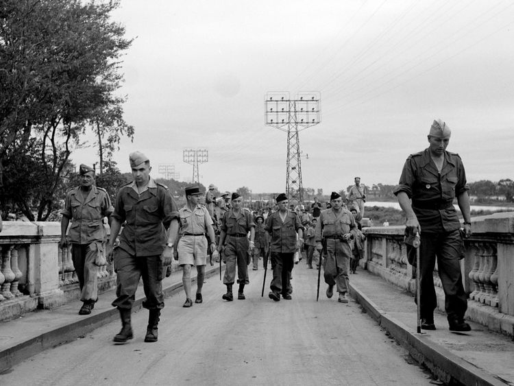 Les troupes françaises traversent Hanoi face à la défaite face à la guerre d'indépendance du Vietnam