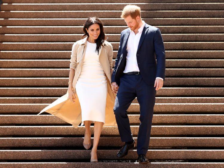 Le prince Harry et son épouse Meghan descendent les marches de l'emblématique opéra pour rencontrer la foule