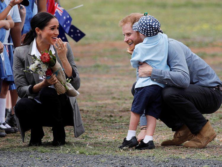 Le prince Harry et Meghan, la duchesse de Sussex, discutent avec Luke Vincent, 5 ans, après leur arrivée à l'aéroport de Dubbo