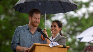 """Le prince Harry et Meghan, la duchesse de Sussex, assistent à un pique-nique communautaire au parc Victoria, à Dubbo """"srcset ="""" https://e3.365dm.com/18/10/320x180/skynews-harry-meghan-australia_4455419.jpg?201810170855175 320w , https://e3.365dm.com/18/10/640x380/skynews-harry-meghan-australia_4455419.jpg?20181017085517 640w, https://e3.365dm.com/18/10/736x414/skynews-harry- meghan-australia_4455419.jpg? 20181017085517 736w, https://e3.365dm.com/18/10/992x558/skynews-harry-meghan-australia_4455419.jpg?201810170885517 992w, https://e3.365dm.com/18/ 10 / 1096x616 / skynews-harry-meghan-australia_4455419.jpg? 20181017085517 1096w, https://e3.365dm.com/18/10/1600x900/skynews-harry-meghan-ausghan-australia_4455419.jpg?20817174170177171717 e3.365dm.com/18/10/1920x1080/skynews-harry-meghan-australia_4455419.jpg?20181017085517 1920w, https://e3.365dm.com/18/10/2048x1152/skynews-harry-meghan-australia_4455419.jpg ? 20181017085517 2048w """"tailles ="""" (largeur minimale: 900px) 992px, 100vw"""