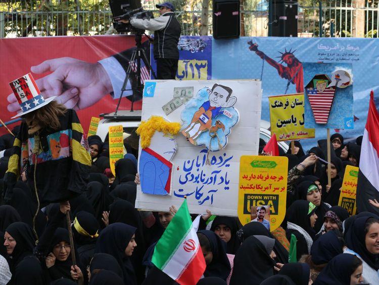 Des manifestants iraniens manifestent devant l'ancienne ambassade des États-Unis à Téhéran, la capitale iranienne