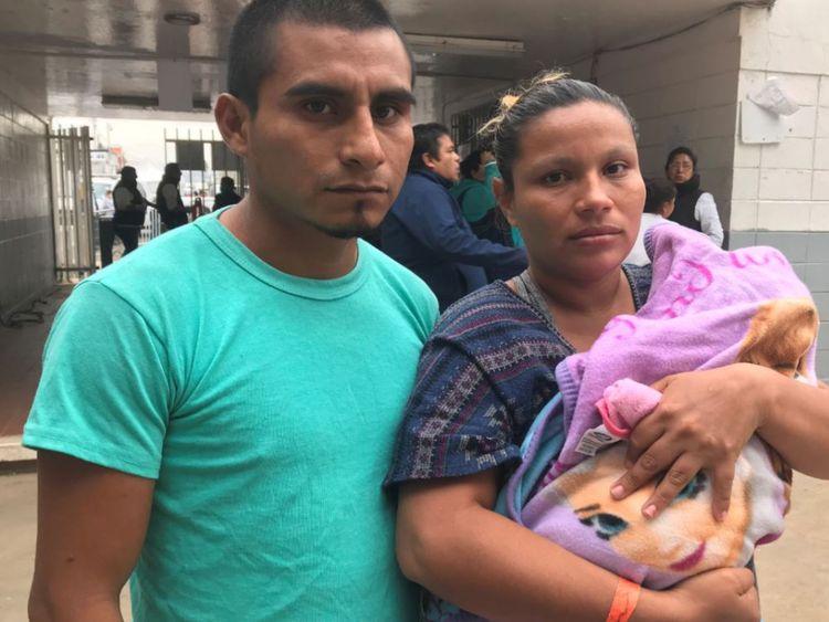 La fille de Juan et Orlinda, Juana, est née dans la caravane de migrants après avoir fui des gangs au Salvador.